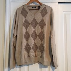 MENS van heusen v neck argyle sweater size L MENS van heusen v neck beige argyle sweater size L. Beige and brown pattern only on the front. 100% cotton. In great condition. Nice and warm. Van Heusen Sweaters V-Necks