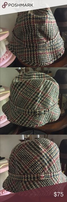 """Men's Vintage Houndstooth Tweed Walking Hat This handsome vintage Men's 100% wool Tweed Houndstooth Walking Hat bears the golden stamp of the infamous LOCK & CO. HATTERS of St. James, London. Matching band around the brim. Brim is 2"""" at front and back and tapers to 1"""" at sides. Inside circumference lined in a leather-like saddle brown band and measures 23"""". Inside top portion lined in a rich satiny burgundy fabric. 5-7"""" crown height depending how it's worn. In excellent preowned vintage…"""