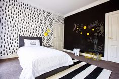 черно-белый интерьер детской с добавлением желтого цвета