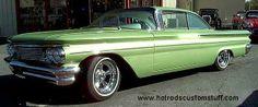 1960 Pontiac Catalina, front quarter, low.