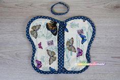 Tutorial con foto e spiegazioni per creare allegre e colorate presine da cucina fai da te a forma di farfalla. Utili e decorative con cartamodello da stampare.