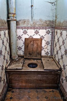 Outhouse with wood toilet and tile on walls Old Abandoned Houses, Abandoned Buildings, Abandoned Places, Old Houses, Old Mansions, Abandoned Mansions, Haunted Places, Dollhouse Miniatures, Old Things