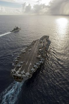 The aircraft carrier USS George Washington (CVN and the Ticonderoga-class guided-missile cruiser USS Mobile Bay (CG Navy Marine, Navy Military, Military Photos, Military Life, Military History, Jas 39 Gripen, Navy Aircraft Carrier, Us Navy Ships, Flight Deck
