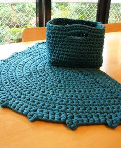 alfombra medialunda y canasta cuadrada, tejido a mano via gato contento http://gatocontento.wix.com/gato-contento