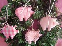 lucky pigs * tree decorations * Christmas decorations * - DIY and crafts - Pig Crafts, Cute Crafts, Diy And Crafts, Christmas Crafts, Felt Christmas, Christmas Holidays, Christmas Wreaths, Christmas Ornaments, Sewing Toys
