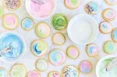 Simple Cookie Glaze - Hard, shiny glaze for decorating cookies Galletas Cookies, Xmas Cookies, Cut Out Cookies, Sugar Cookies, Glaze For Cookies, Vanilla Cookies, Poured Fondant, Fondant Icing, Cookie Icing