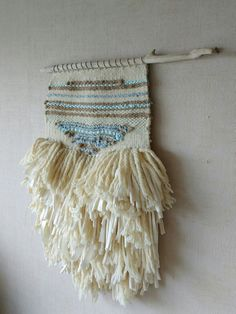 Tapiz de lana algodon reciclado, cinta de raso y cuerda de corneliasheep