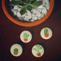 Plantinhas pra quem também acha que tem coração que faz fotossíntese 🌵💚 #bótu! #bótudaterra #bótustore #cacto #suculenta #plantinhas #own #acessorios #acessoriosdivos #bordado #embroidery
