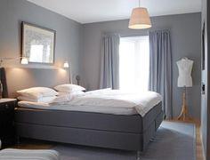 Soverommet er behagelig og nesten s�vndyssende med sine duse bl�toner. Pale Pink Bedrooms, Pink Bedroom Walls, White Bedroom, Boho Bedroom Diy, Dark Blue Walls, College Room Decor, Scandinavian Bedroom, Living Room Grey, Dream Decor