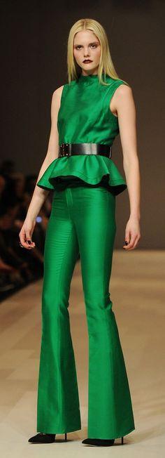 Fall Fashion Trend: Shades of Green: jade, emerald and pine evoke instant luxury. Pink Tartan Fall excited emerald is in for the fall! Fall Fashion Trends, Fashion Week, Look Fashion, High Fashion, Autumn Fashion, Womens Fashion, Style Vert, Jumpsuit Elegante, Green Fashion