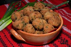 Chiftele de soia - vegetarian soy meatballs (recipe in Romanian) - yummy and light! - added paprika and thyme to the mixture Cooking For Beginners, Meatball Recipes, Food Network Recipes, Quinoa, Great Recipes, Stuffed Mushrooms, Sweets, Vegetables, Breakfast