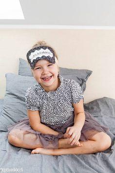 Tee koko perheelle täydellisesti istuvat unimaskit. Niihin voit kätevästi käyttää ylijäämäkankaita tai kierrätysmateriaaleja. Teaching, Sewing, Hats, Diy, Do It Yourself, Couture, Hat, Bricolage, Sew