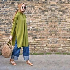 Image may contain: 1 person, standing Hijab Casual, Hijab Chic, Casual Outfits, Street Hijab Fashion, Muslim Fashion, Modest Fashion, Mode Outfits, Fashion Outfits, Modele Hijab