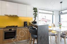 O bucătărie simplă, cochetă şi compactă, în care spaţiul este valorificat la maxim. Mobilierul de bucătărie este modern, liniar, fără mânere sau ornamentaţii, un design simplu şi minimalist. O mică peninsulă, creează o zonă de bar cu scaune înalte şi… Bar, Minimalism, Vanilla, Modern, Kitchen, Table, Furniture, Design, Home Decor