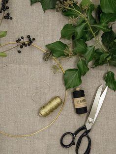DIY-Kranz aus Bäckergarn in Gold & Leinenzwirn in Schwarz, Efeu und Beeren I Probs for wreathbinding yarn in gold, twine in black, berries and ivy// GARN & MEHR