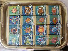 Bomboniere create dalla sister Paola: disegni di gufi e tartarughe su scatoline di legno