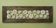 Quadro em madeira de demolição com rosas de cerâmica fixadas em arame galvanizado. Medidas: 1,20m x 40  - 590,00                 1,50 x 40 -  650,00  A moldura e as rosas podem sofrer variações de cor e extura.