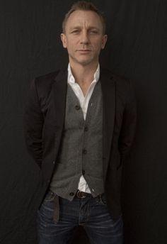 Daniel Craig Portrait Photograph - after James Bond Rachel Weisz, Daniel Craig Style, Daniel Craig James Bond, Stylish Men, Men Casual, Cardigan Gris, Cardigan Shirt, Daniel Graig, Outfits Hombre