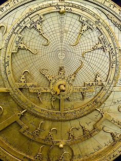 Voici un astrolabe persan avec son calendrier rotatif. Il possède un large plateau illustré astronomique complexe et variable.