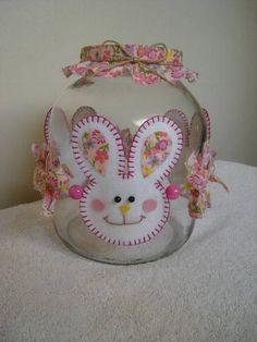 POTE DECORADO PARA PÁSCOA Felt Crafts, Easter Crafts, Cake Decorating Piping, Baby Shawer, Decorated Jars, Workshop, Spring Recipes, Dollar Stores, Decorative Plates
