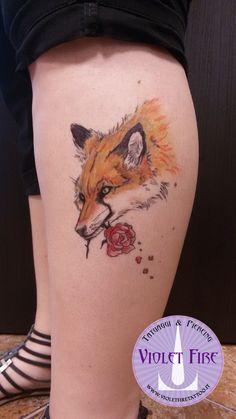 tatuaggio volpe a colori con rosa rossa in bocca su polpaccio - violet fire tattoo - tatuaggi maranello, modena