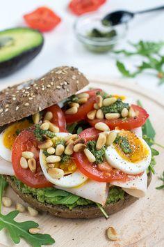 Broodje gezond met avocado, kip, tomaat en ei | Koken & Eten | AD.nl