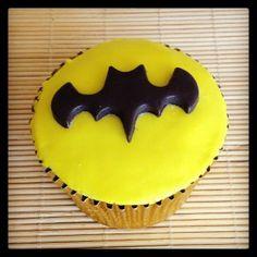 Cupcake Batman | Cupcake inspirado no Batman coberto com pasta americana, massa do bolo e recheio de sua preferência.