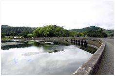 Ponte que separa a Lagoa Azul e a Lagoa Verde, na freguesia das Sete Cidades, concelho de Ponta Delgada, Ilha de São Miguel, Açores, Portugal.