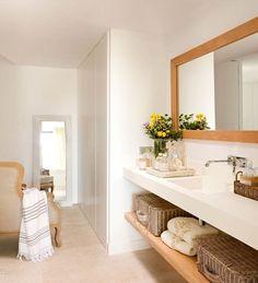 Baño en blanco con armarios vestidor