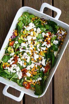 Salat med hvidløgsbagte tomater og kikærter med feta og avocado - Stinna Salmon Salad, Cobb Salad, Feta, Vegetarian Recipes, Healthy Recipes, Healthy Food, Salads, Food And Drink, Lunch