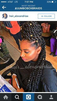 All styles of box braids to sublimate her hair afro On long box braids, everything is allowed! For fans of all kinds of buns, Afro braids in XXL bun bun work as well as the low glamorous bun Zoe Kravitz. Updo, My Hairstyle, Hairstyle Ideas, Hair Ideas, Flat Twist Hairstyles, Box Braids Hairstyles, Senegalese Twist Hairstyles, Dope Hairstyles, Blonde Hairstyles