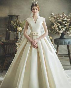 15 Statement-Making Regal Wedding Dresses Fit For A Modern Queen - Praise Wedding Wedding Dress Types, How To Dress For A Wedding, Dream Wedding Dresses, Designer Wedding Dresses, Wedding Gowns, Queen Wedding Dress, Lace Wedding, Royal Dresses, Queen Dress