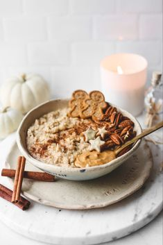 A warming gingerbread oatmeal, perfect for chilly mornings and packed with warming spices. Creamy, delicious and healthy. Oatmeal Recipes, Banana Bread Recipes, Healthy Breakfast Snacks, Breakfast Recipes, Healthy Food, Healthy Eating, Sweet Breakfast, All You Need Is, Delicious Vegan Recipes