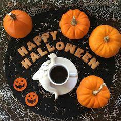 Halloween, pumpkin, and autumn image Halloween Chic, Halloween Imagem, Casa Halloween, Holidays Halloween, Halloween Treats, Happy Halloween, Halloween Party, Halloween Decorations, Halloween Centerpieces