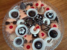 """Cukroví - nejen pro """" dietáře """" :-) Ručně šité cukroví podle vlastního návrhu. Pro nečekané hosty jako rychlé """" občerstvení """", pro holčičky do kuchyňky, do mateřských škol, nezvyklá vánoční dekorace apod. Cena je za 10 kusů, jednotlivé druhy cukroví si můžete vybrat. Tip: Doporučuji servírovat při tlumeném světle:-) Pro děti od 3. let- cukroví obsahuje malé ..."""