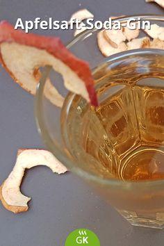 Ein Apfelsaft-Soda-Gin schmeckt und ist total easy in der Zubereitung. Das #Rezept mit Apfelchips servieren. Cocktails, Drinks, Frappe, Soda, Easy, Apple Juice, Gin Recipes, Schnapps, Circuit