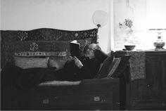 En Roma, leyendo en el estudio del vicolo del Giglio, 1995. Fotografía cortesía de Museo Ramón Gaya.