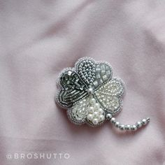 Мы в Broshutto тоже стали жертвами этого самого противоречивого праздника, поэтому сегодняшняя брошь хоть и не в форме сердца, но на розовом фоне  #valentinesday А как вы относитесь к дню всех влюблённых? Празднуете? Или считаете, что о любви стоит говорить каждый день, а не только раз в году?  Брошь клевер 4 х 4 см + ножка 2,5 см 1500 руб. Bead Embroidery Jewelry, Beaded Embroidery, Embroidery Stitches, Beaded Jewelry, Brooches Handmade, Beaded Brooch, Handmade Decorations, Diy And Crafts, Great Gifts