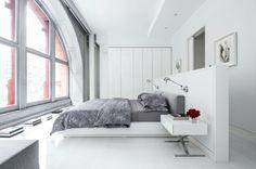 cama grande en el dormitorio moderno
