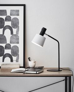 Even industrial style can look classy. Bureau Design, Desk Lamp, Table Lamp, Interior Wall Colors, Old Chairs, Desk Chairs, White Chairs, Office Chairs, Dining Chairs