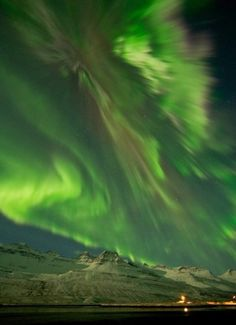 O que é a Aurora Boreal? / What is the Aurora Borealis? All Nature, Science And Nature, Amazing Nature, It's Amazing, Beautiful Sky, Beautiful World, Beautiful Places, Simply Beautiful, Aurora Borealis