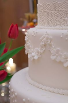 "White lace wedding cake - Bolo de casamento branco com decoracao de renda - Sweet Carolina ""The art of Cake""                                                                                                                                                     Mais"
