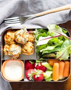 Buffalo Chicken Meatballs Bento Box 25 Healthy Lunch Ideas For Teens That'll Replace Their Boring Turkey Sandwich Routine Lunch Recipes, Healthy Dinner Recipes, Healthy Snacks, Healthy Eating, Paleo Kids Lunches, Paleo Recipes, 21 Day Fix, Buffalo Chicken Meatballs, Cold Lunches