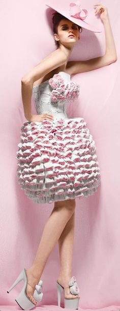 New amazing collection of clothing made out of toilet paper ... Very chic!