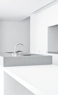 minimal white kitchen | kitchen . Küche . cuisine | Design: Wilfra | Architekt: Vincent Van Duysen |