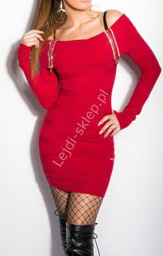 Czerwona sukienka dzianinowa z kryształkami z dekoltem carmen