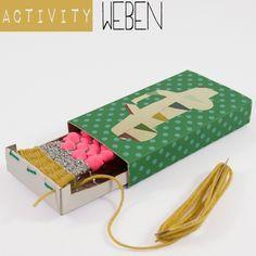 Anleitung für ein Activity-Spiel: Bastle einen Mini-Webrahmen aus einer Streichholzschachtel und fange an zu weben. Perfekt für lange Autofahrten. Ein Tutorial von johannarundel.de