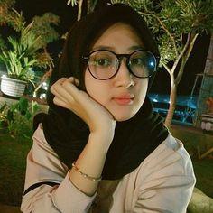 Jakarta Hijaber Girl Get of Love Modest Fashion Hijab, Modern Hijab Fashion, Hijab Chic, Women's Fashion, Beautiful Hijab Girl, Beautiful Muslim Women, Hijab Tutorial, Girl Hijab, Beauty Full Girl