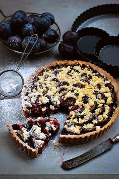 Plum Tart with Dark Chocolate and A Crumble Topping (recipe in Polish). Plum Pie, Plum Tart, Berry Tart, Fruit Tart, Crumble Topping, Baked Goods, Delicious Desserts, Sweet Tooth, Cooking Recipes