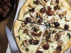 4-Jahreszeiten-Pizza war gestern. Diese Pizza kennt nur eine Jahreszeit und das ist Herbst! Pizza mit Maroni und Champignons |Zubereitungszeit: 40 Minuten | http://eatsmarter.de/rezepte/pizza-mit-maroni-und-champignons
